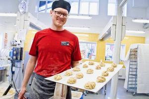 Baka bullar på vetemjöl från Norderön, helt utan tillsatser, kan vara lättare sagt än gjort. Men med stil och finess går det att få till knyten i alla fall. Det intygar Magnus Lanner, branschansvarig bageri på det nationella centret för mathantverk, Eldrimner, i Ås.