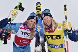 Jublande glada Anna Holmlund och Sandra Näslund, etta och trea i världscupen på Idre Fjäll.
