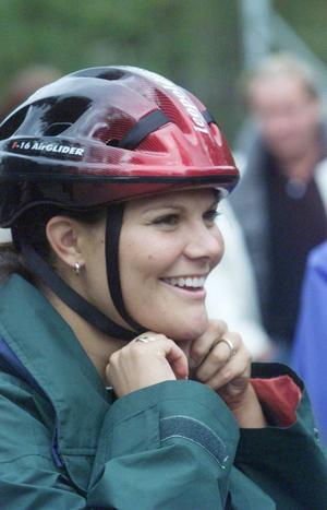 Prinsessan Viktoria kör också med cykelhjälm.