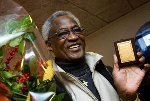 I går belönades Fodie Diawara med blomster och plakett. För en dryg vecka sedan gjorde han en hjälteinsats och släckte en brand i grannens lägenhet.