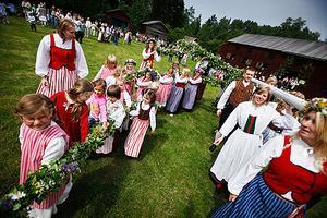 Uppåt 2500 personer hade kommit till Fränö för att se den lövade stången resas.