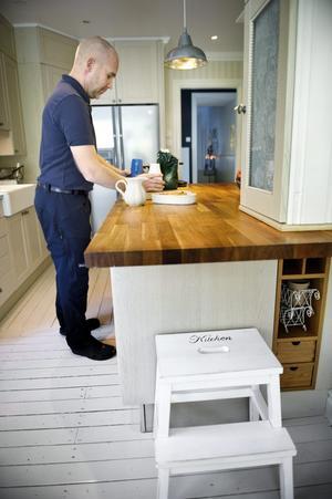 Marcus lagar det mesta av maten och han är mycket förtjust i att baka och till det passar den nya stora köksbänken perfekt. Till höger vitrinskåpet som blivit degjäsningsskåp.