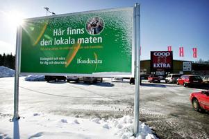 Anne Johansson, vd på Bondenära, hotar med att ta ner skylten. Hon kan tänka sig att avbryta samarbetet om de inte tar tillbaka sitt beslut att börja sälja Arlamjölk i stället för lokalproducerad.