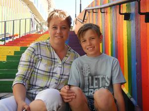Marit Lindell med sonen Jonathan Lindell, 11 år. Hon och maken sparar 200 kronor i månaden åt barnen och lägger undan barnbidraget till större utgifter.