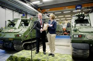 Så här såg det ut i maj när Hägglunds nöjde vd Tommy Gustafsson-Rask sålde bandvagnar till FMV:s generaldirektör Lena Erixon. Nu får Gustafsson-Rask sälja ytterligare hundra fordon.