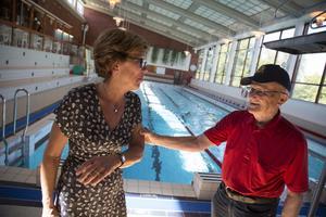 Bengt Tapper skojar med badhuschef Marie-Louise Asp och hotar att slänga henne i vattnet.