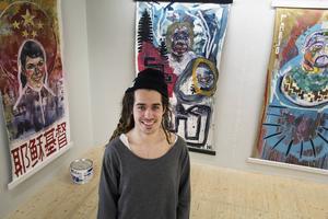 David Larsson med tre av sina målningar på Bollnäs konsthall: Linnea, Wafalu och Kanye.
