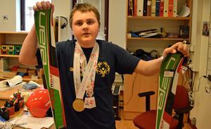 Johnatan Öjerteg hyllades på Jakobsgårdskolan under tisdagen. Han höll ett litet föredrag om sin resa till Österrike och visade upp sin skidutrustning.