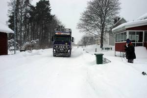 Skolväg. Byborna kan tvingas att själva betala underhållet av Söderforsvägen, som bland annat går förbi skolan i Mehedeby. Det skulle innebära en kostnad på runt 4 000 kronor per år och hushåll.