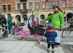 Wiltrud Daniels med Tryggve och Ylva tog cykeln till stan från Kvissleby. Färden var fin men bjöd på motvind och tog nästan två timmar.
