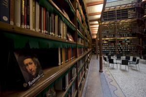 En bok om Rembrandt i den imponerande samlingen av konstböcker.