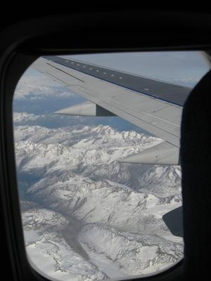 Genom flygplansfönstret fick jag med vintriga Alptoppar,  på resa tillett varmt och soligt Italien och Gardasjön.