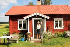 Berit Janssons utanför sitt nyrustade torp i Djupa.