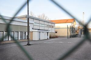 MASSIV SKADEGÖRELSE. Det gamla badhuset på Centralskolan fick 14 rutor sönderslagna. Dessutom krossades tre rutor på skolbyggnaden.