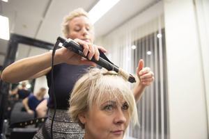 Locktången används även på det korta håret för att frisyren ska hålla och för att få volym och rörelse.