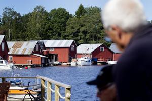 I hamnen finns inte vatten och avlopp som klarar av fastboende, så här får man bara ha fritidshus.