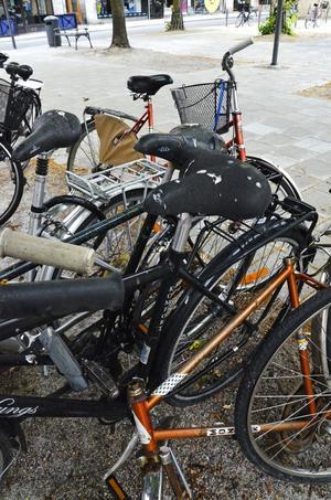 Ett gytter av cyklar. En vanlig syn i Örebro.