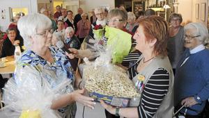 Laila Nyström, till höger, sade några uppskattande ord och överlämnade lite gåvor från de boende vid Britsarvsgården till Ingegerd Calles Högosta.