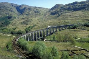 HÄR SPELADES HARRY POTTER IN.  Ångtåg i vykortsvackra skotska landskap, där scener i Harry Potter spelades in. Foto: Ron Edvard/Britainonview