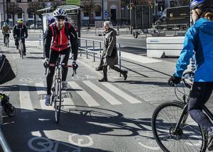 En cyklande som korsar en väg på ett övergångsställe har alltid väjningsplikt både mot gående och mot fordon på vägen.