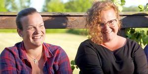 Lina Nilsson (vänster) från Venjan försöker fånga skogsbonden Per Solbergs hjärta i