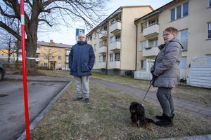 Nisse Nyström vaknade av en smäll i natt, men somnade sedan om. Han och hustrun Ann-Catrin bor i ett av husen intill sprängningarna.