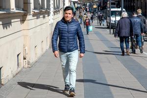 Sarwar Gholami flyttade från HVB-hemmet i Hallstahammar där han bodde med andra unga i samma situation. Han ville bo med en svensk familj eftersom han saknar sin egen. Nu bor han i Skultuna och studerar i Västerås.
