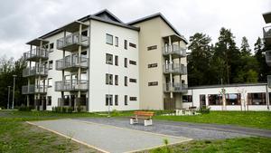 Intresset har varit stort för det nya trygghetsboendet i Östersund men få har bestämt sig för att flytta dit. Bara två veckor innan inflyttningsdatum har mara 20 kontrakt skrivits på de 72 lägenheterna.