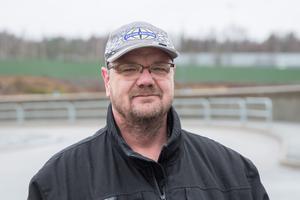 """Mikael Andersson, 50 år, Geneta, truckförare: """"Min teamledare ringde mig idag och berättade om årets bonus. Så här bra har det aldrig varit! Jag har jobbat 16 år på Scania och brukar spara bonusen. Kanske köper jag en dag en motorcykel för pengarna."""""""