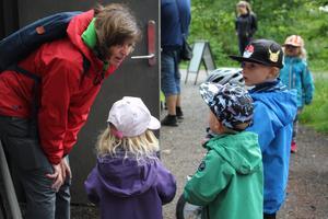 Lotta Stigsdotter pratar med unga besökare vid Skogsmulles stuga på slingan runt Åsbotorpssjön, i somras då det var aktiviteter på Billingen. Under året kommer alla fjärdeklassare att erbjudas en friluftsdag i projektet Geokids på Billingen.
