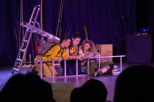 Karaktärerna Lo, Billie och Humlan spelas av Madeleine Wittberg, Cia Eurenius och Britta Forslund.