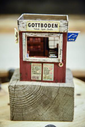 Kiosken som ställs ut på Liljevalchs i vår har Axel Österholm skapat ur fantasin. Detaljerna är många och timmarna han lagt ner likaså. Bild: Tove Eriksson/TT