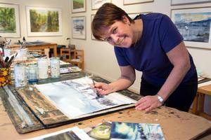 Eeva-Liisa Holappa Jonsson tjänade ihop till sin första målarutrustning genom skogsarbete. – Vi var en stor barnaskara och att kunna köpa färger för egna pengar, det var stort, säger hon.