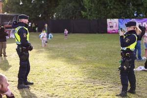 Även polisen njuter av vädret under festivalen.