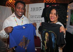Syskonen Jerusalem och Natnale Tibebu säljer smycken i t-shirts  genom företaget JNUF.