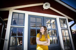 Ellen Sundberg, från Bjärme, bor nu i Knöva där hon själv skriver och spelar in ny musik.