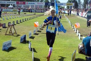 Elsa Kaipe från OK Kåre springer i mål som segrare i D13 i O-Ringen 2018.