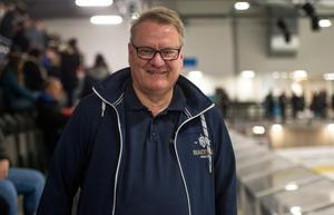 Turneringsansvarige Lars Johansson hade fullt upp på premiärdagen.