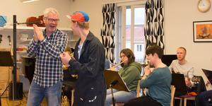 Läraren Ulf Wickberg och dramaeleven Efraim Melander Wiksten repeterar
