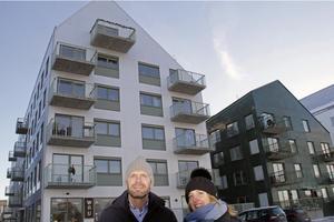 Svante Jernberg och Görel Hällkvist från Sveafastigheter får ofta visa upp de nya husen som har fasader i plåt och klinker.