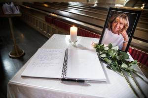 Besökarna skrev en sista hälsning i den kondoleansbok som tagits fram.