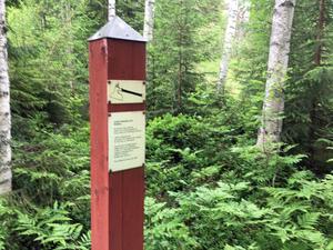 På avrättningsplatsen minner idag bara en rödmålad trästolpe med en kort text om det fasansfulla som en gång skedde.