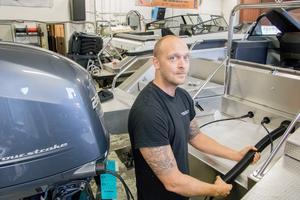 Mekanikern Martin Holm servar både gamla och nya båtar.