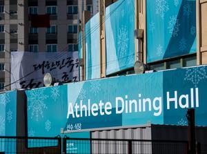 Här är utsidan av middagshallen där atleterna äter. Foto: Petter Arvidson (Bildbyrån).