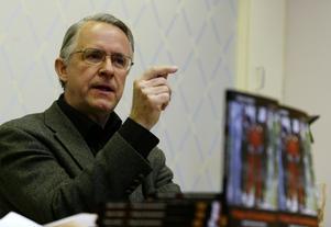 Författaren Gösta Hultén fotograferad 2005 när han presenterade sin bok om svenska Mehdi Ghezalis tid på Guantanamobasen. Foto: Henrik Montgomery/SCANPIX