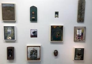 Små installationer kompletterar de stora målningar. Här förs föremål, träsnideri, textil och hantverk samman.