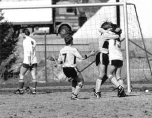 Stefan Gyökeres kramades om av Håkan Jonasson efter att ha avgjort mot IFK Sundsvall 20 maj 1989.