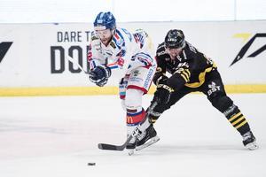 Oskarshamns Markus Modigs och AIK:s Max Lindholm kommer stöta på varandra mycket den närmaste tiden. Foto: Johanna Lundberg / Bildbyrån