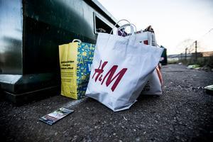 Vid papperscontainern i Svärdsjö var inte behållaren full ens. Ändå bemödade någon sig att ställa avfallet bredvid.