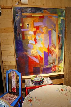 I uthusen har Berit sin konst på väggarna.